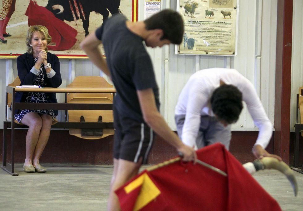 Aguirre asiste a una demostración en la escuela de tauromaquia Marcia Lalanda.