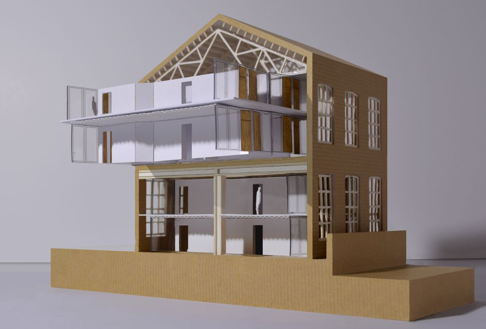 Maqueta de las viviendas sociales de madera que se construirán en una nave de la antigua Fabra i Coats.