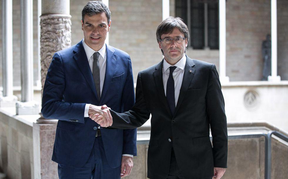 Sánchez y Puigdemont se saludan en la Generalitat.