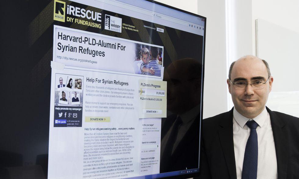 Cándido Cancelo, promotor de la campaña, muestra la web que recoge las donaciones.