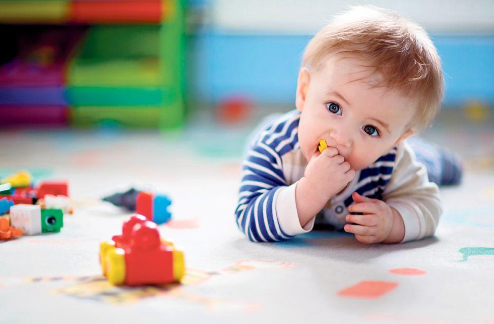 El niño explora lo que le interesa en cada momento.