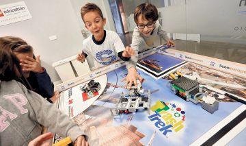 Varios alumnos en el Lego Innovation Studio del Liceo Europeo.