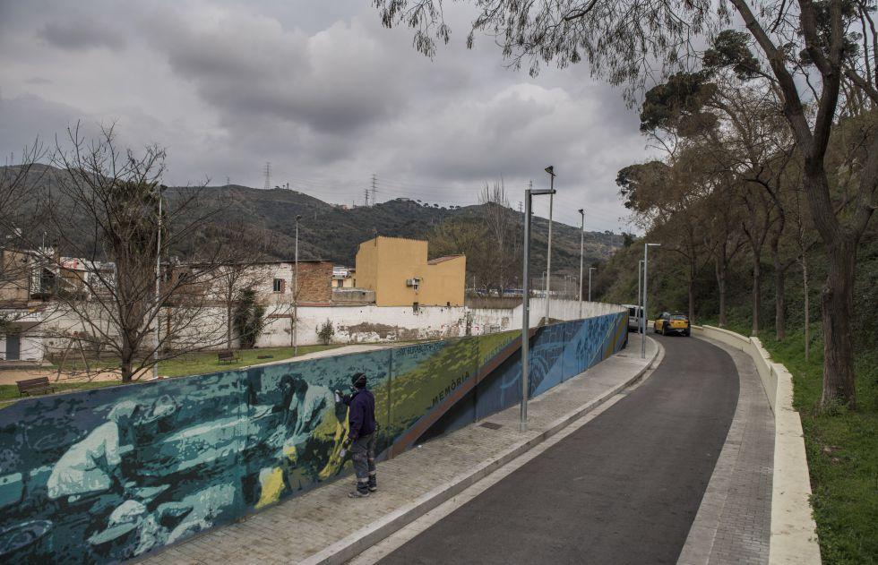 Roc Blackblock pinta un 'graffiti' en un muro de Montcada i Reixac.