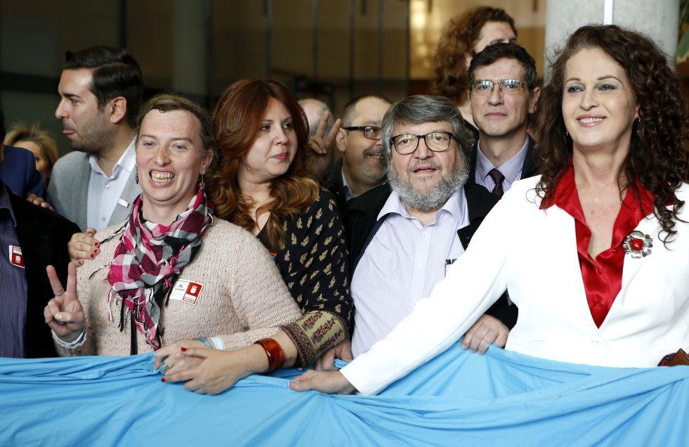 Carla Antonelli (drcha.) posa con diputados y activistas.