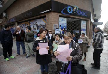 Un grupo de afectados se concentra ante la sede madrileña de OGC.