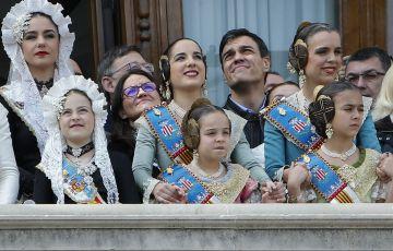 Mònica Oltra y Pedro Sánchez con las falleras en el balcón del Ayuntamiento.