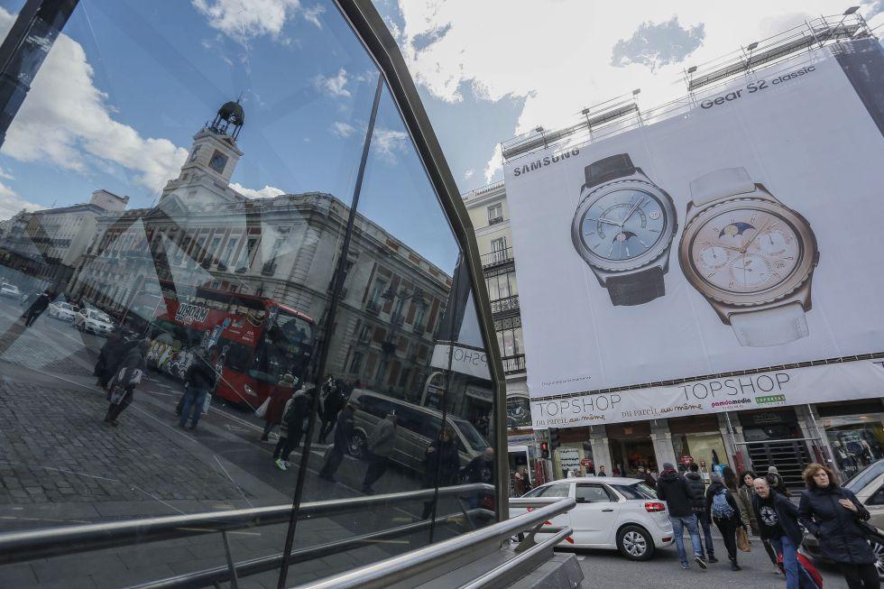 Lona publicitaria colocada en el número 6 de la Puerta del Sol.