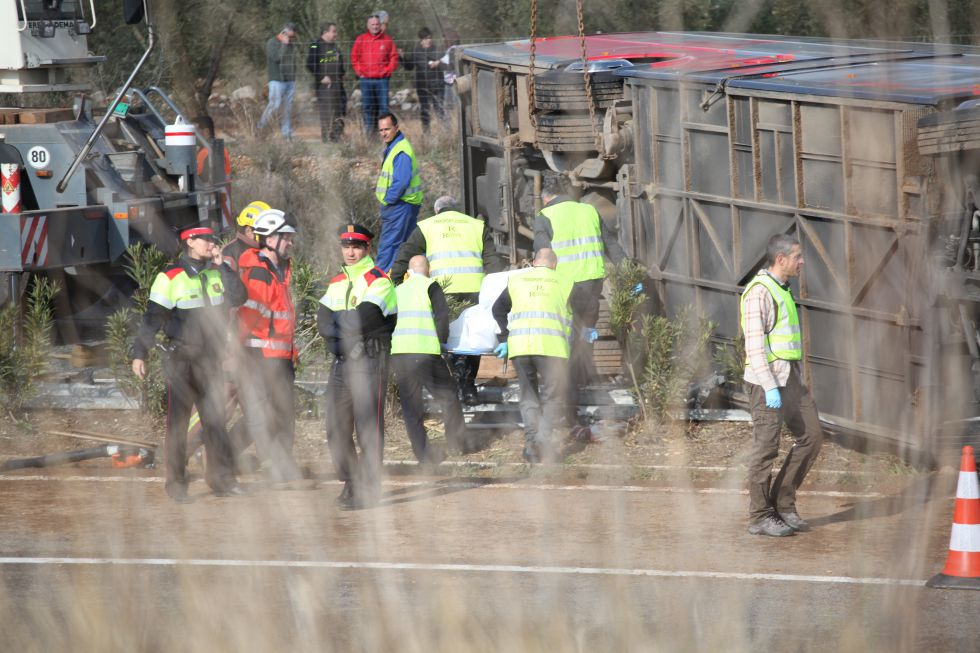 El autocar volcado en Freginals (Tarragona).