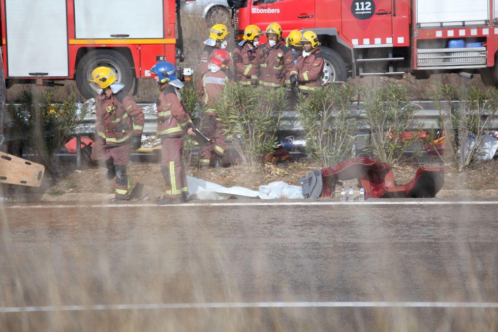 Bomberos trabajan en el accidente de autobús en Tarragona.