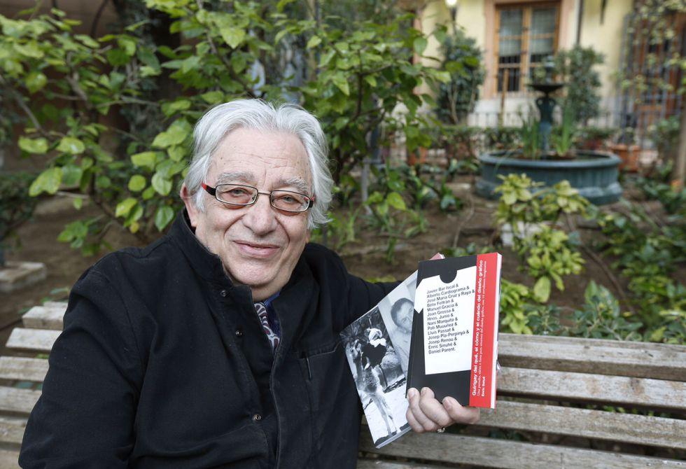 El crítico de arte Manuel García durante la entrevista.