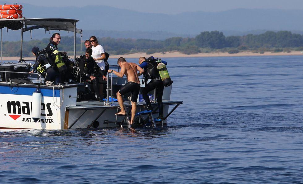 Submarinistas suben al barco tras realizar una inmersión en las islas Medes.rn