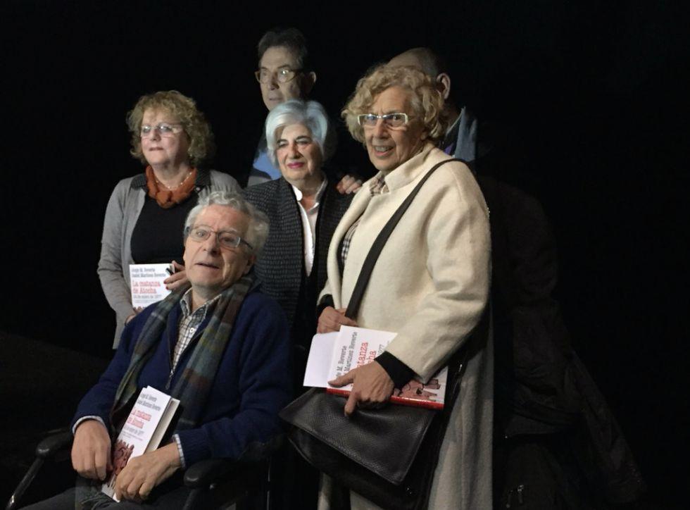 Presentación en enero del libro de Jorge M. Reverte sobre la matanza de Atocha. Detrás de él, de izquierda a derecha, Isabel M. Reverte, Paca Sahuquillo y Manuela Carmena. Detrás, Jaime Cedrún.