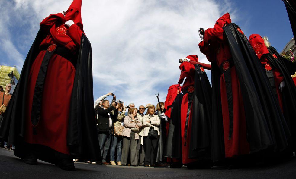 Procesión de La Soledad a su paso por la Puerta del Sol.
