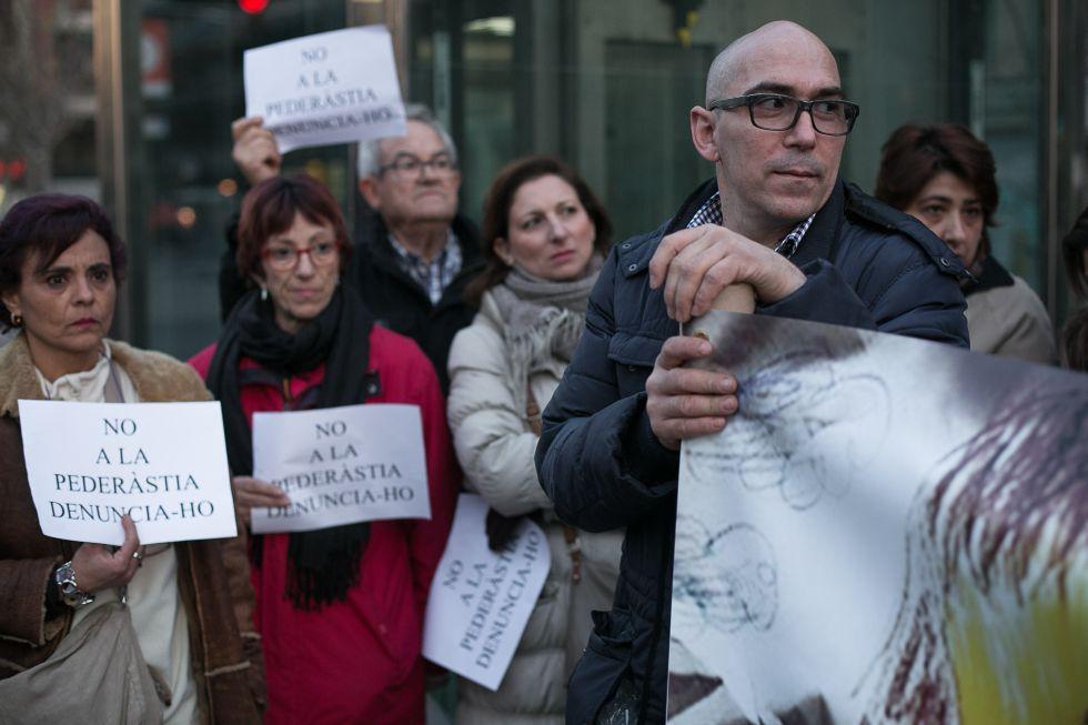 Concentración de padres del colegio de los Maristas de Sants protestando contra los casos de pederastia.
