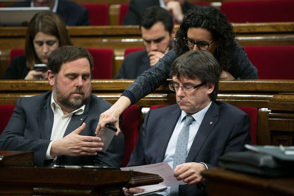 El vicepresidente Oriol Junqueras y el presidente de la Generalitat, Carles Puigdemont, en el Parlamento catalán.