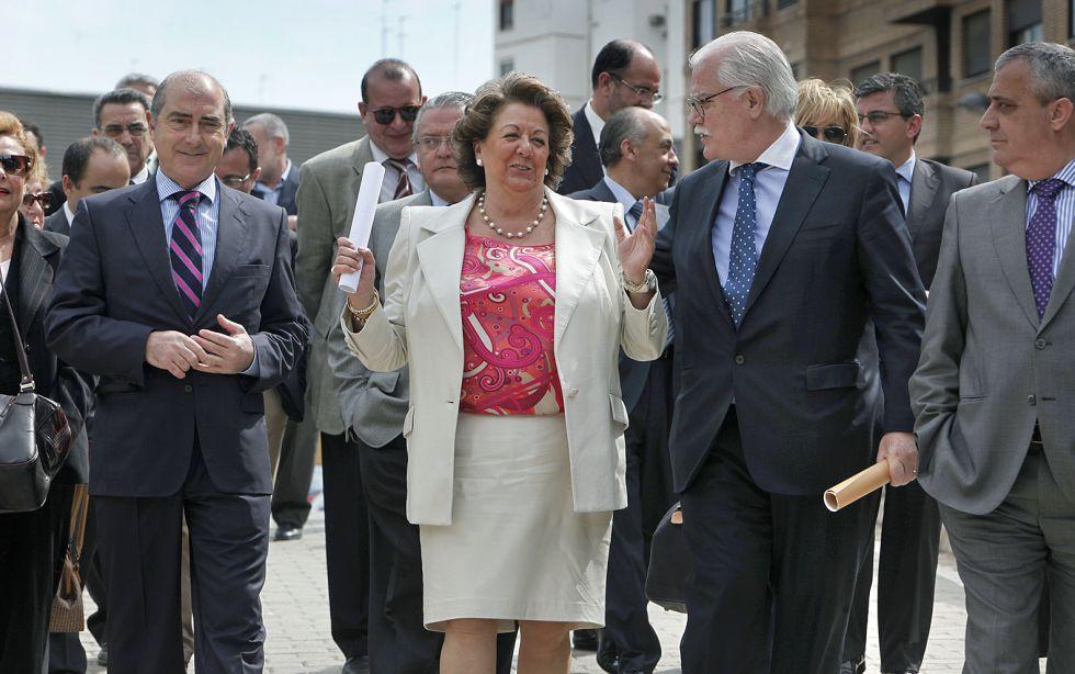 Rita Barberá rodeada de sus concejales, ahora investigados, en un acto electoral.