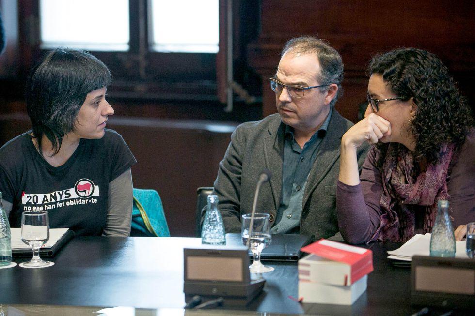 Anna Gabriel, a la izquierda, Jordi Turull y Marta Rovira