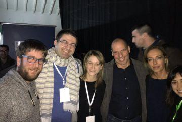 Varoufakis (en el centro), rodeado, entre otros por el concejal Carlos Sánchez Mato (con bufanda).