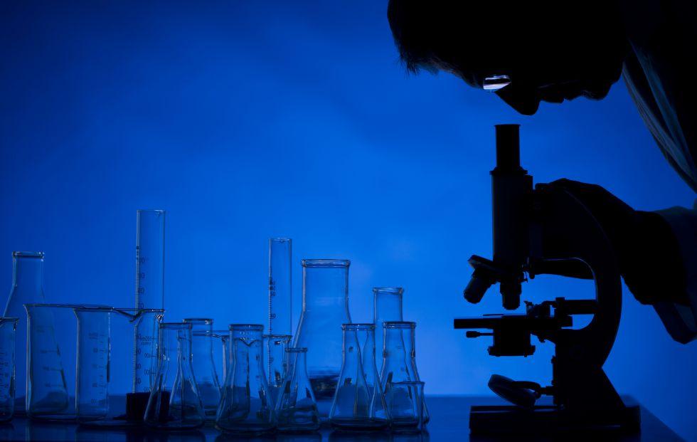 Un investigador trabajando en un laboratorio.