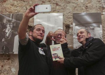 El colectivo @encampanya pasa cuentas en un libro