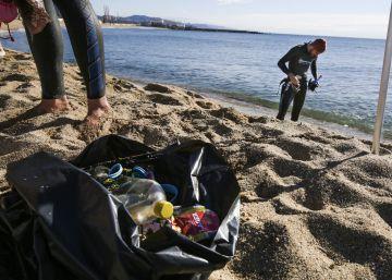 Treinta voluntarios limpian a pulmón el fondo marino