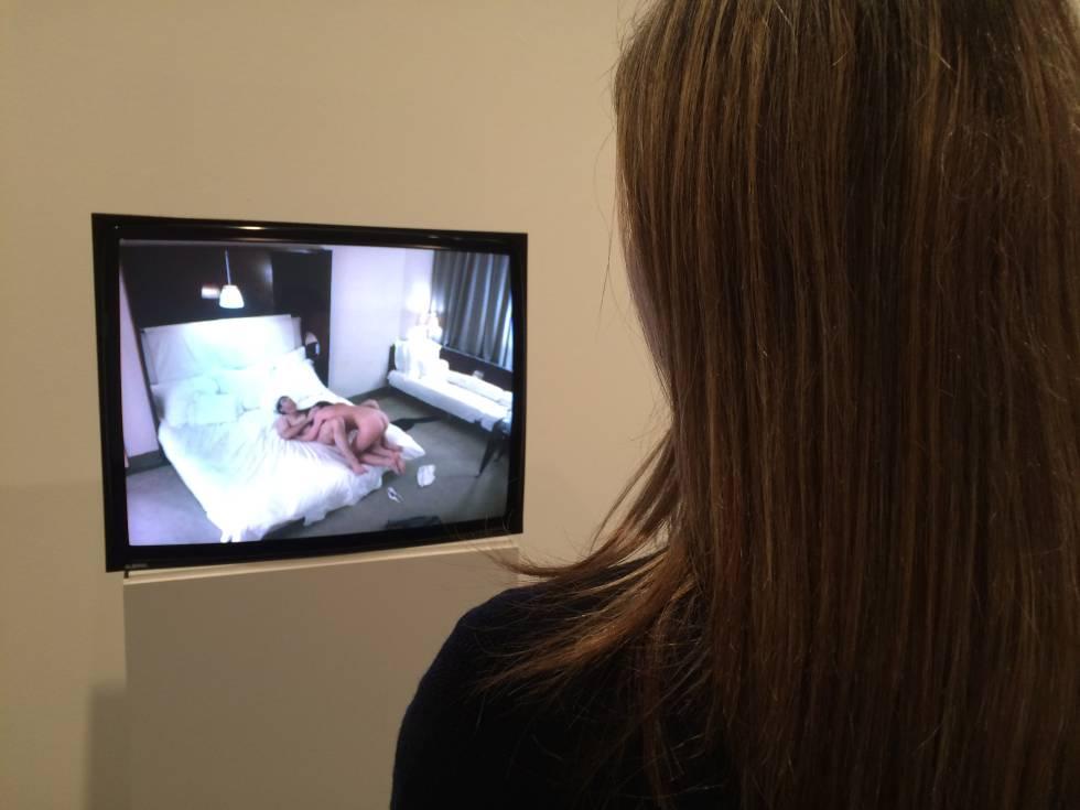 Una visitante contempla el vídeo sexual de Andrea Fraser en el Macba.
