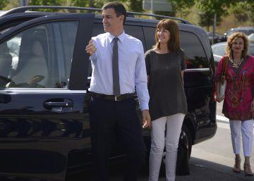 Idoia Mendia y Pedro Sánchez, en la visita que ambos realizaron a la planta de Mercedes en Vitoria en julio de 2015.