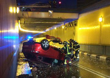 Un coche cae desde cuatro metros y no se halla a nadie en su interior