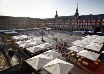 Carmena limita el aforo de la plaza Mayor en San Isidro