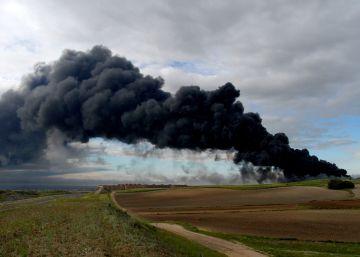 Un gran incendio en Seseña arrasa el mayor cementerio de neumáticos de España