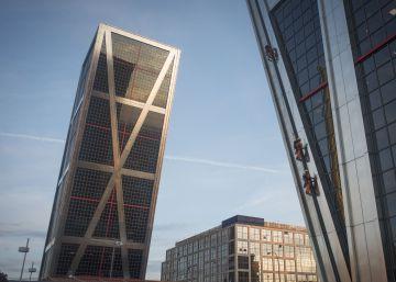 Activistas de Greenpeace escalan una torre Kio en contra del TTIP