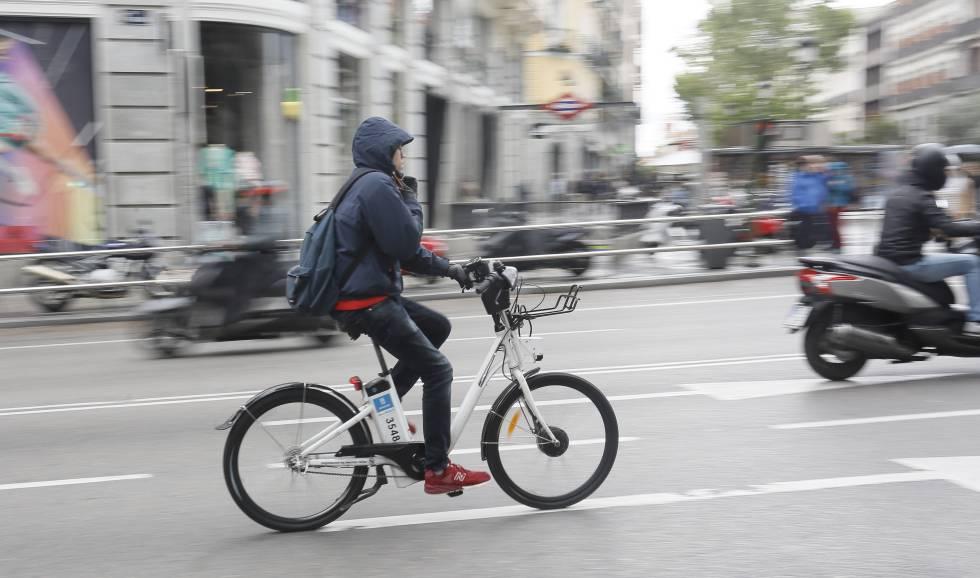 Un usuario de la bicicleta pública circula por el centro de la capital.