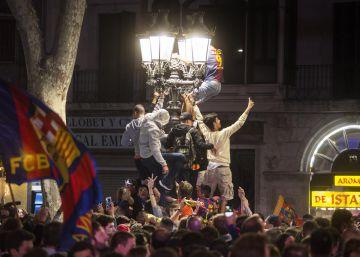 Un millar de aficionados celebran la victoria en Canaletes