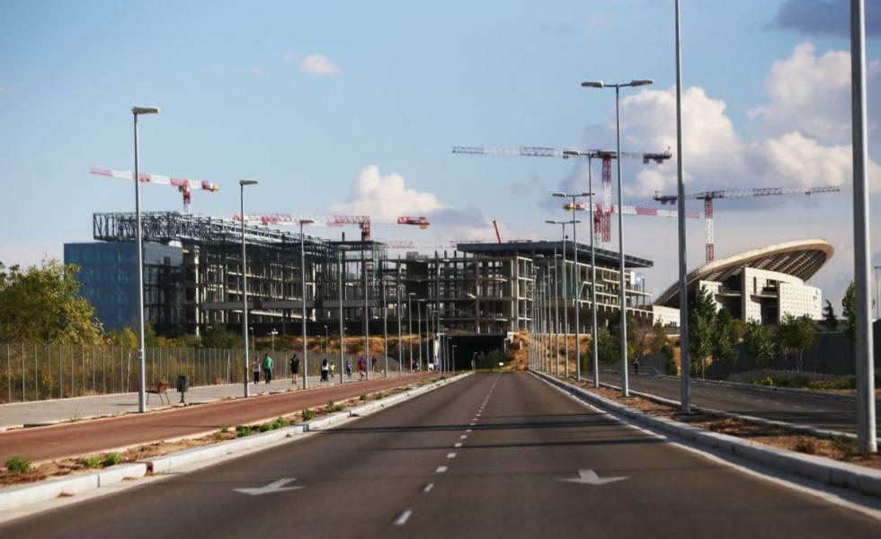 Carmena dará luz verde a las reformas de los estadios del Madrid y el Atlético