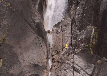 La Guardia Civil intenta secar la cascada para rescatar el cadáver del barranquista en Ourense