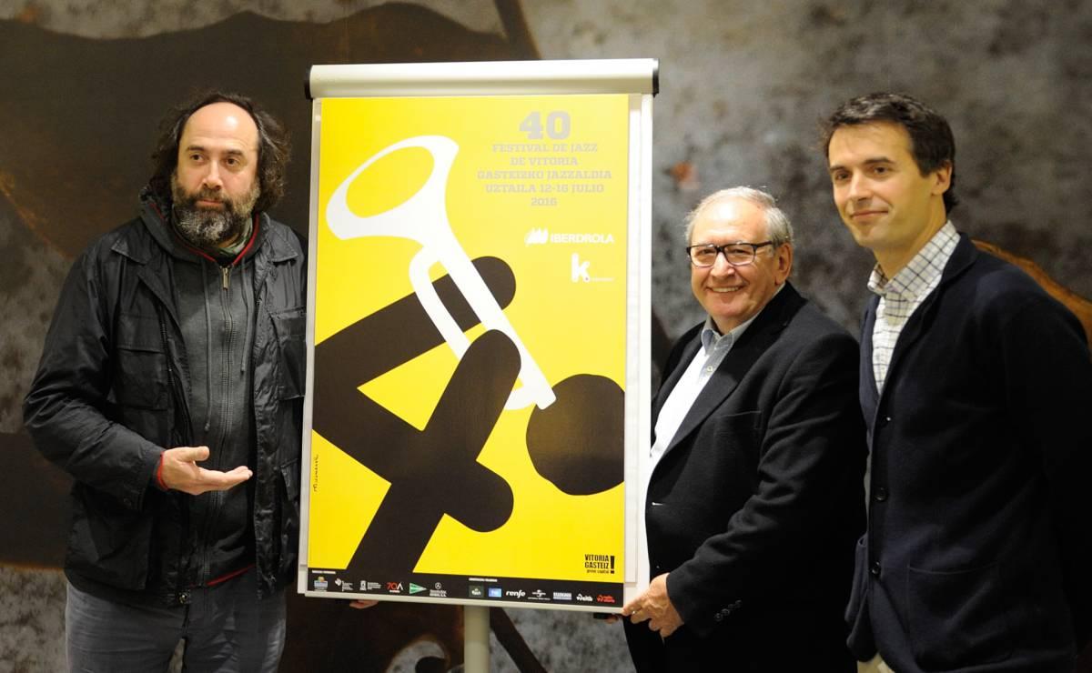 El presidente del festival, Iñaki Añua, en el centro, con el cartel de la 40 edición
