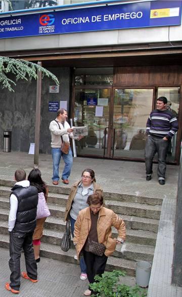 Las familias que piden ayudas sociales desbordan las for Oficina virtual de empleo galicia