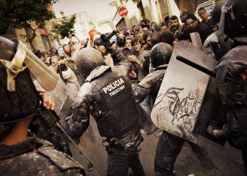 Primeras cargas en la plaza de la Revolución de Gràcia.
