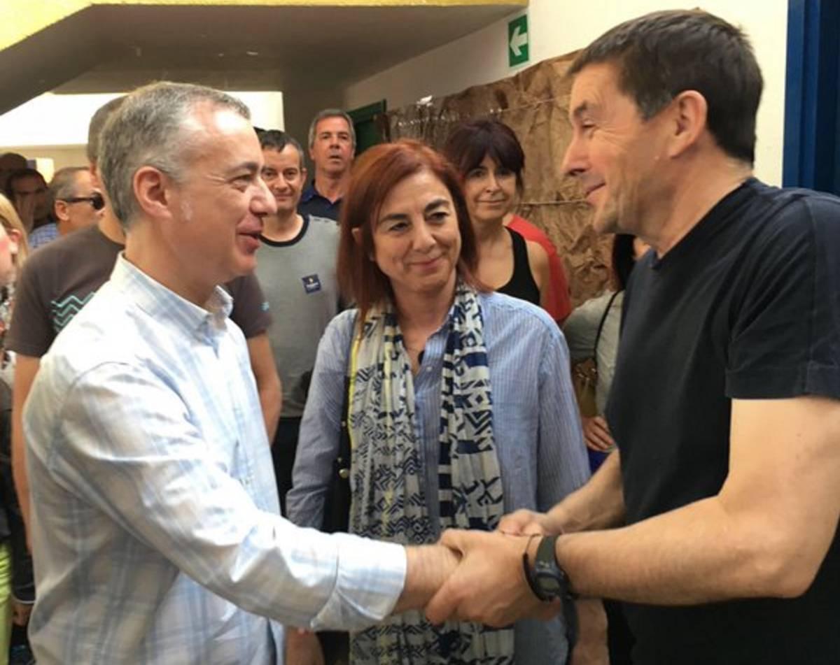 El lehendakari Iñigo Urkullu y el candidato por EH Bildu se saludan por vez primera tras la salida de este de la cárcel