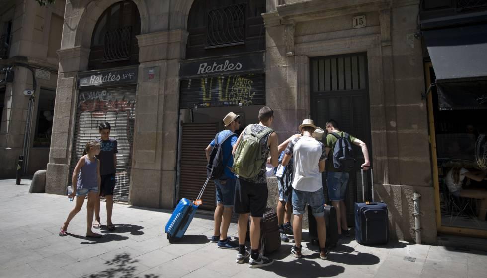 Barcelona la justicia avala los pisos tur sticos si no molestan a los vecinos catalu a el pa s - Piso turistico barcelona ...