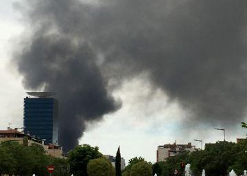 Un incendio destruye varias naves industriales en Alcalá de Henares
