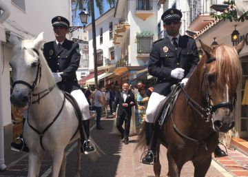 Policías a caballo de Marbella escoltan la boda de un amigo del alcalde