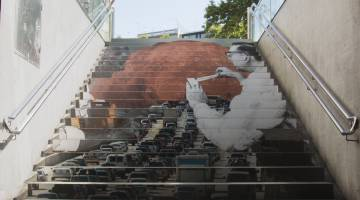 Obra expuesta en las escaleras de Drassanes.
