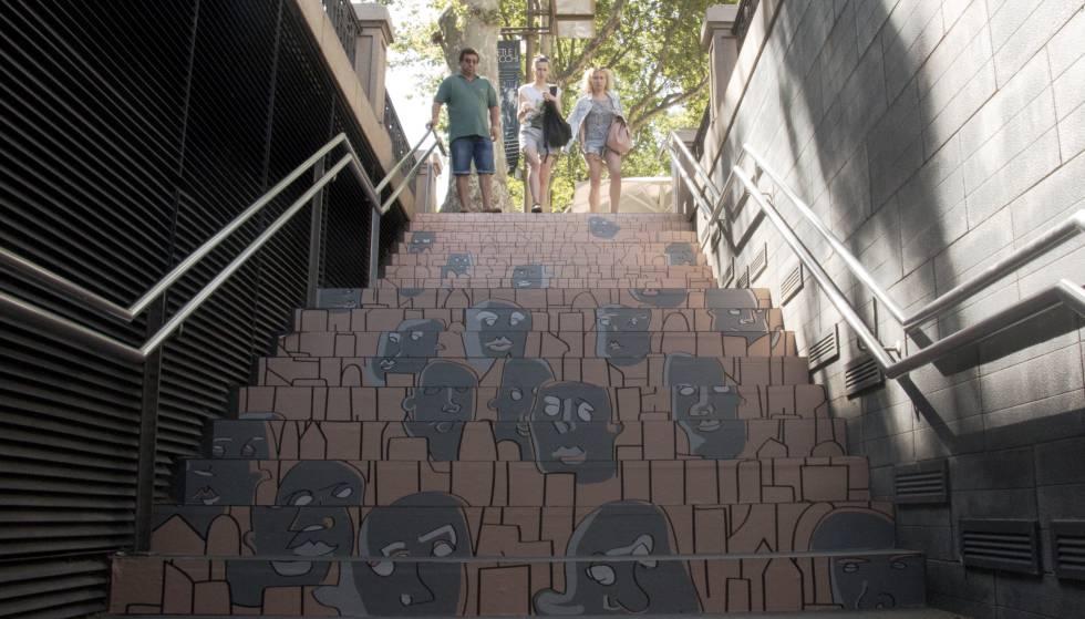 Obra expuesta en las escaleras de Rambla Catalunya.
