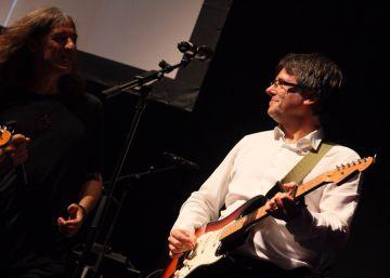Puigdemont toca la guitarra con los Sopa de Cabra