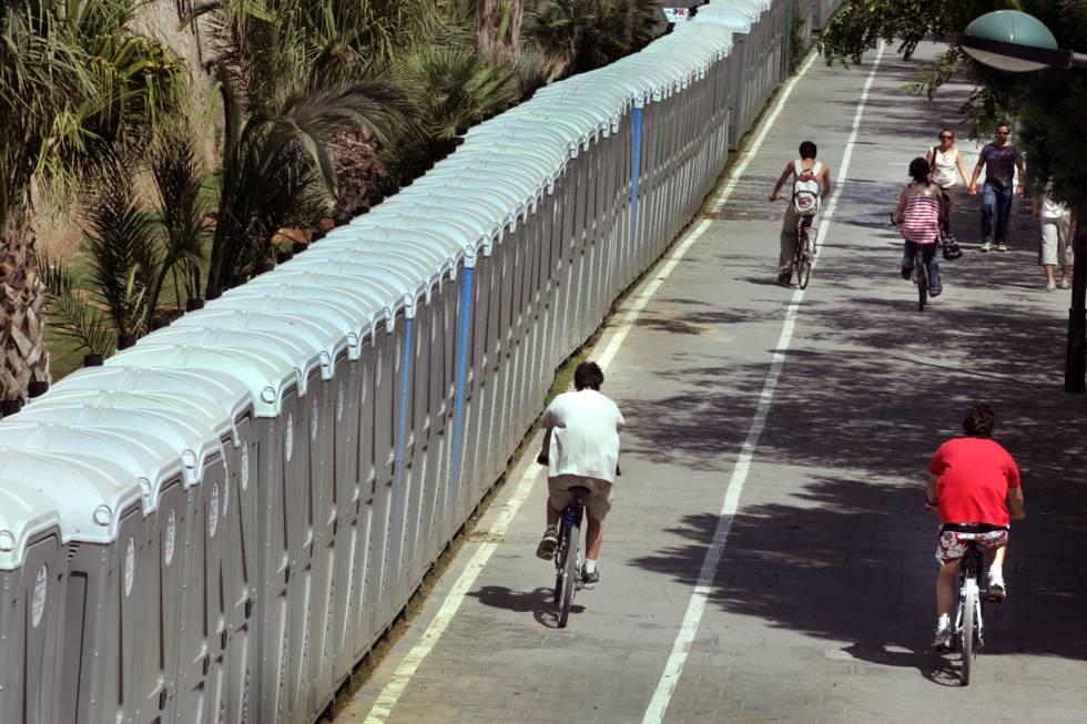 Centenares de urinarios portátiles instalados junto al pretil del Turia.