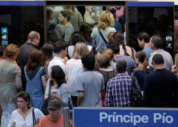Andenes repletos de viajeros y autovías con grandes atascos en el inicio de los paros en el metro y Renfe