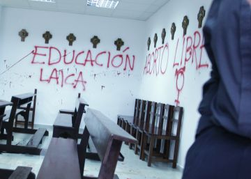 Pintadas a favor del aborto libre en la capilla de la Autónoma