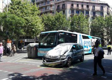 Un motorista en estado grave tras chocar con un bus en Barcelona