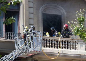 Extinguido el incendio en un edificio en obras del centro de Barcelona